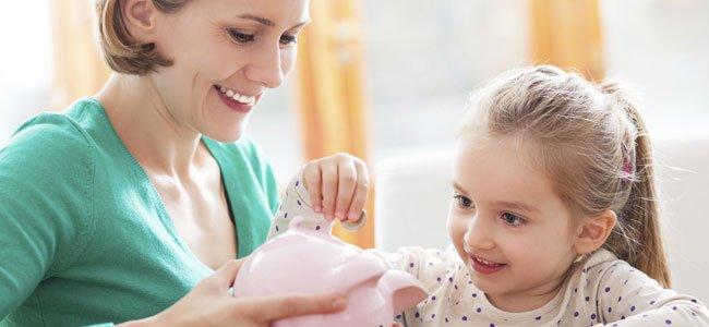 Madre y niña con cerdito
