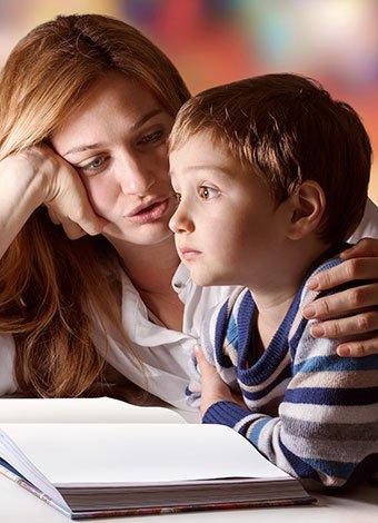 Madre con niño distraído