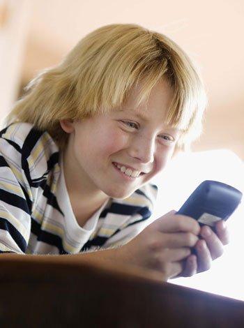Niños con teléfono móvil
