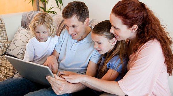 Familia unida consultando GuiaInfantil.com