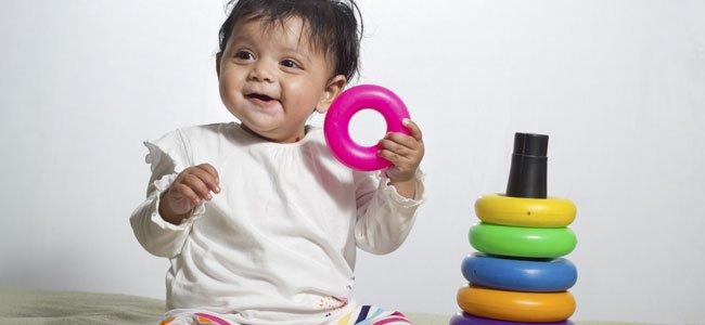 Bebé juega en cesped