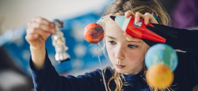 Beneficios de que los niños hablen solos cuando juegan