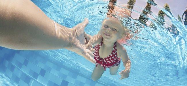 Cómo enseñar a nadar a un niño