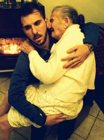 Un nieto cuida de su abuela enferma