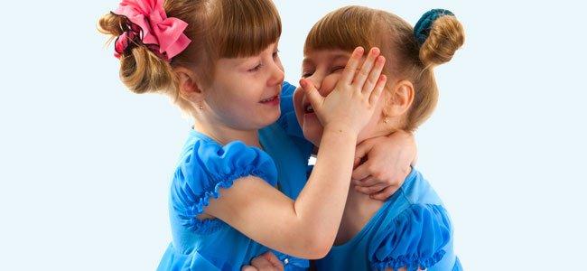 Relación amor-odio entre hermanos gemelos