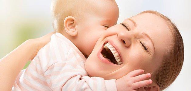 Bebé besa madre