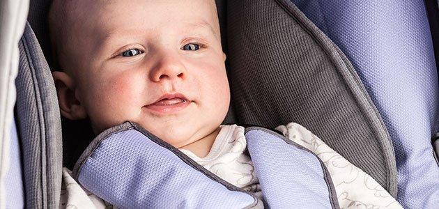 bebé en sillita de coche