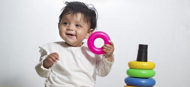 NIña bebé juega