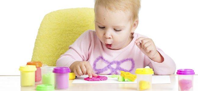 Bebé juega con plastilina