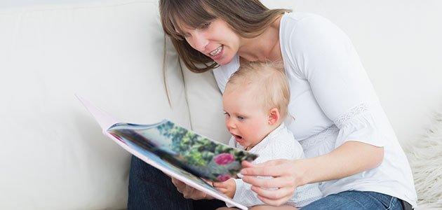 Madre lee cuento a bebé
