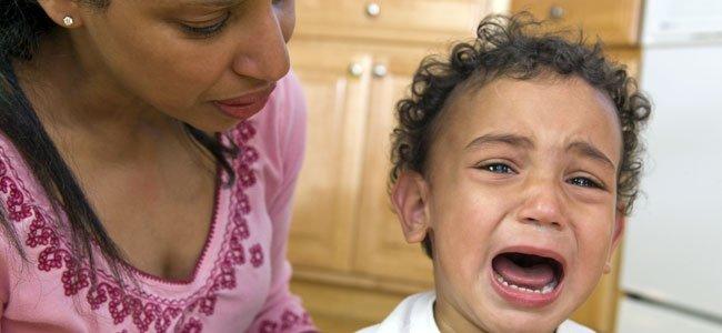 Niño llora con berrinche