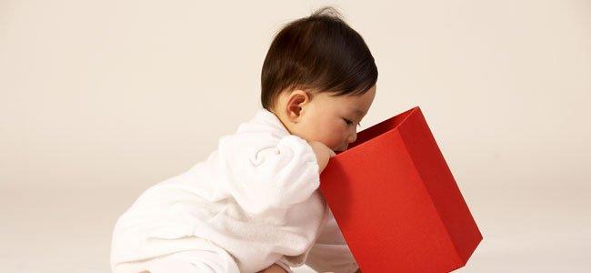 Bebé mira caja