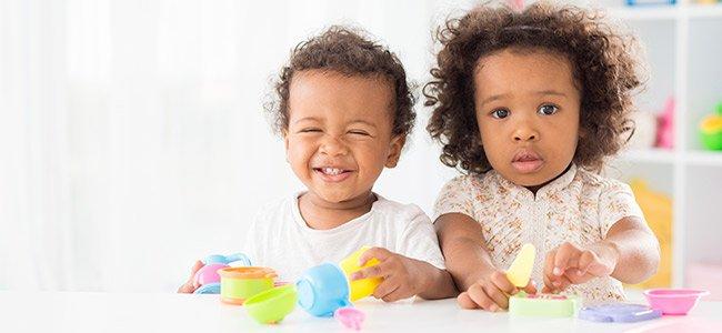 Bebé con muñeco en guardería