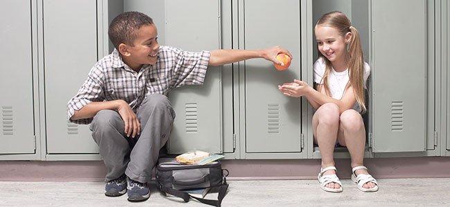 Niño compartiendo comida