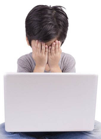 niño asustado frente ordenador