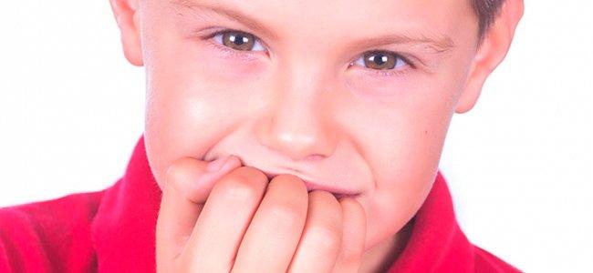 Niño se muerde las uñas