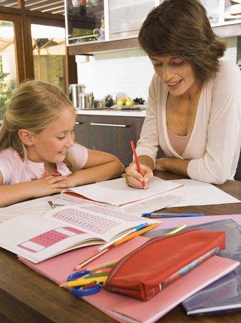 Padres que hacen los deberes por sus hijos