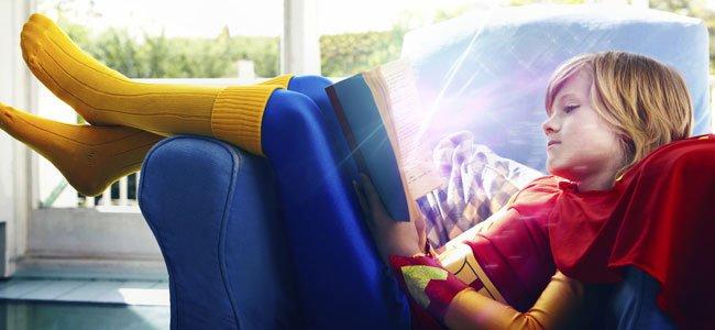 niña leyendo en un orinal