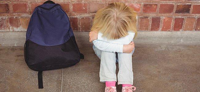 Niño con fobia o miedo de ir a la escuela