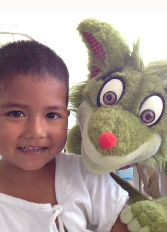 Fredo Fox con los niños hospitalizados