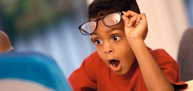 Niño sorprendido ordenador
