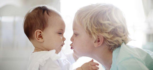 Niño besa a su hermano