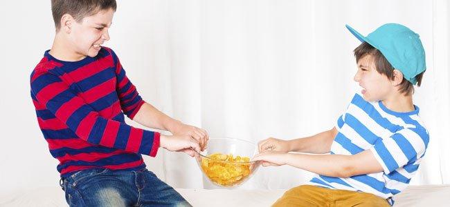Niños pelean por patatas