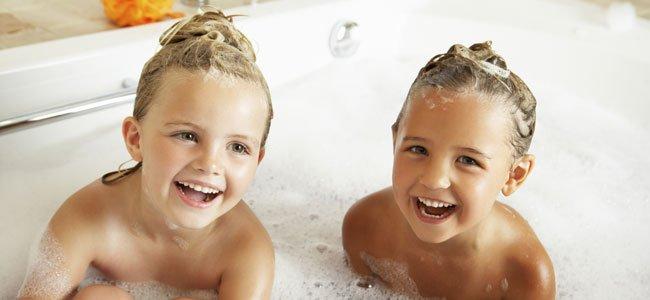hermanos en bañera