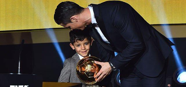 Ronaldo besa a Messi