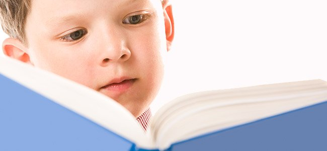 Niños aprenden a leer en dos idiomas