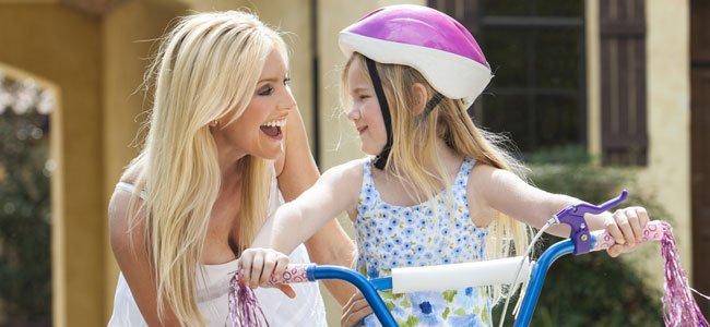 Madre con hija en bici