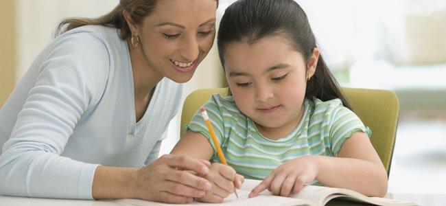 Madre con niña hace deberes