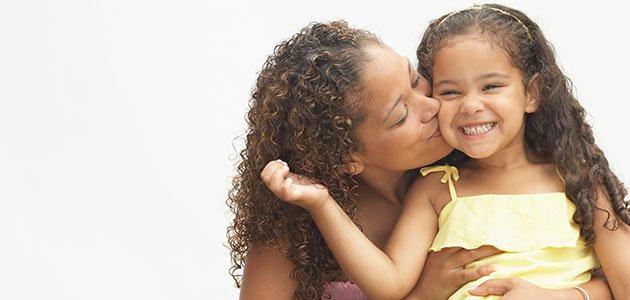 Madre besa a hija