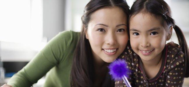 Madre con hija estudia