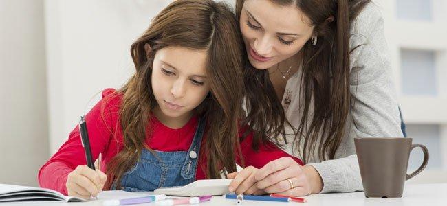 Niña con su madre hace deberes