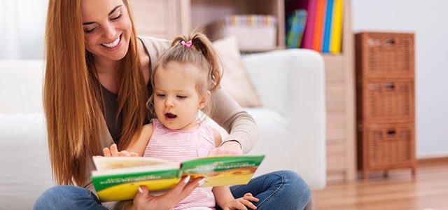 Madre lee con niña