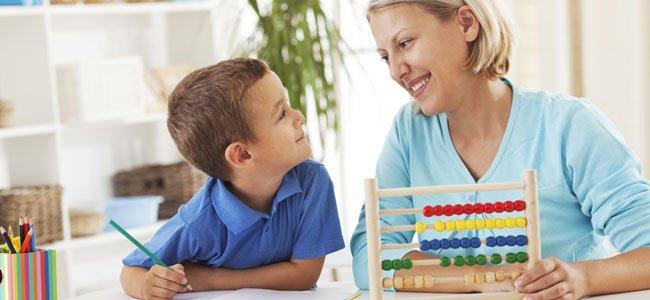 Niño con madre hacen deberes