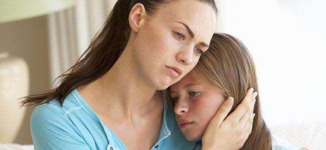 Madre con hija triste