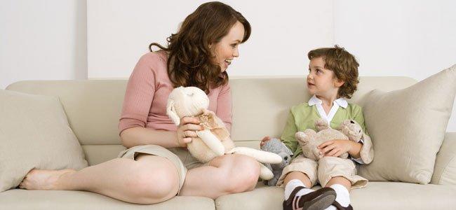 Madre enseña muñeco a niño