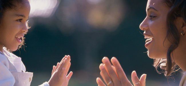 Madre juega a palmas con la hija