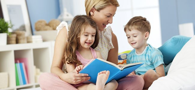 Madre lee cuentos