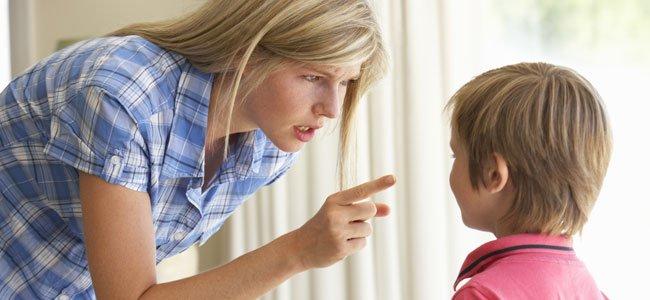 Madre regaña a niño