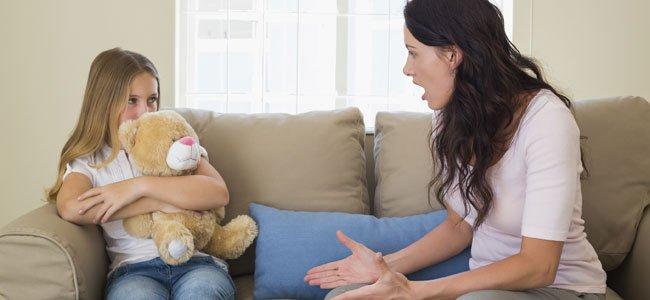 Madres que regañan tienen hijas con más éxito