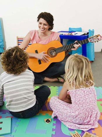 Niños aprendiendo a tocar guitarra