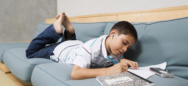 Niño estudia con música