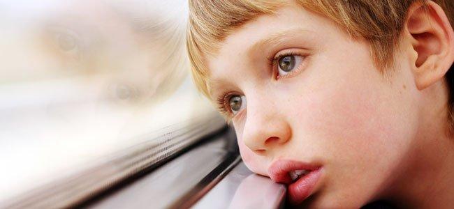 Niño mira por ventana