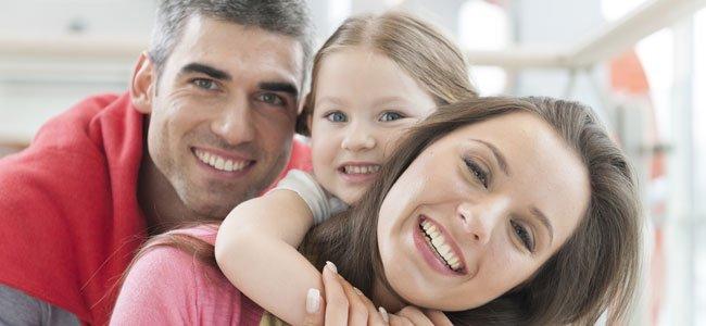 Niña con papá y mamá