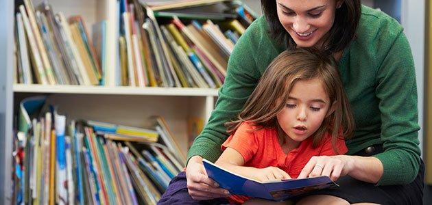 Madre enseña a leer a su hija