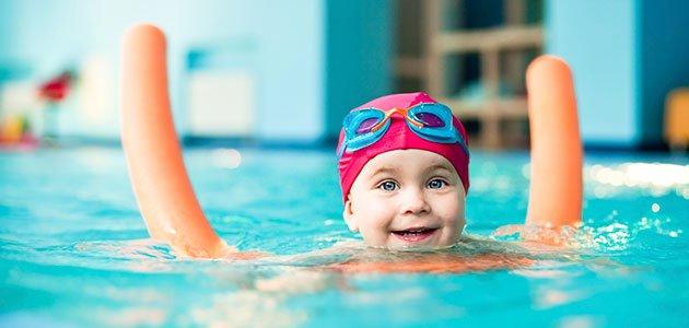 Niña aprende a nadar