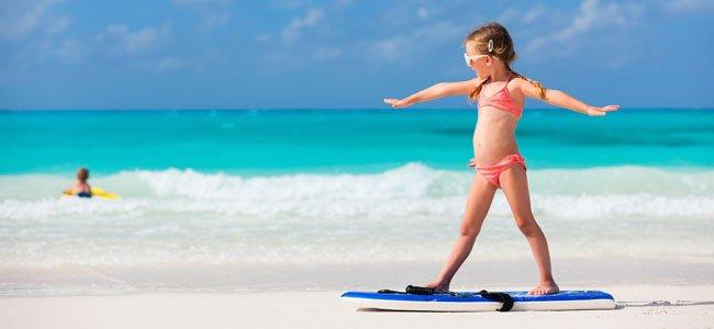 Niña surfea